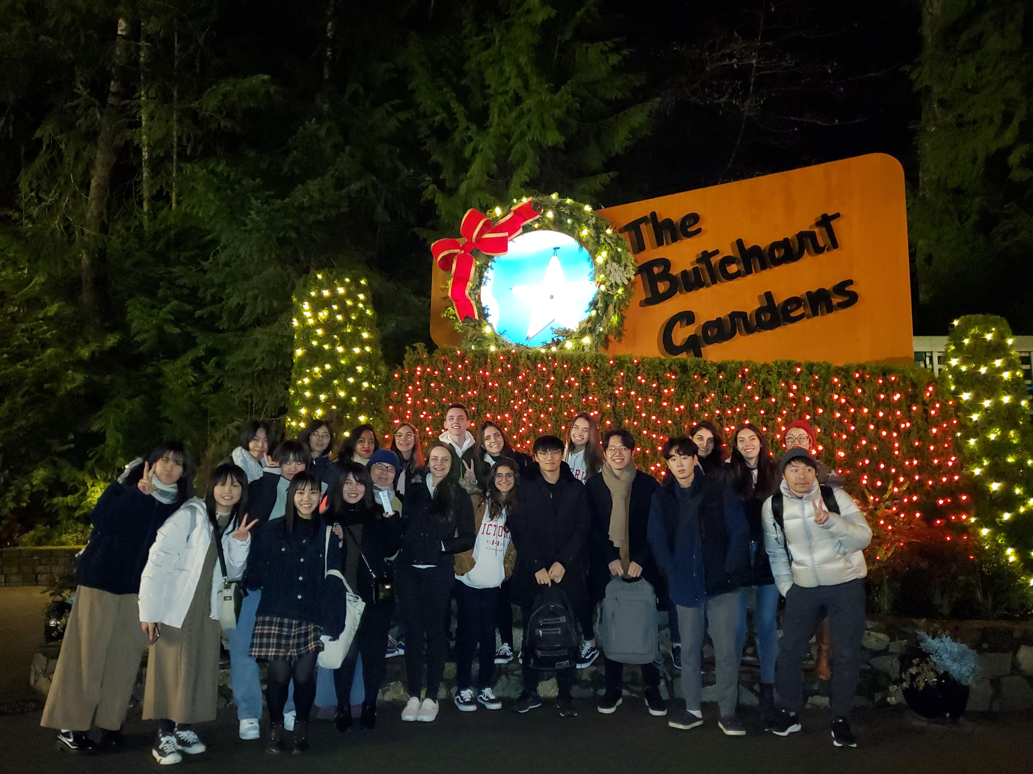 밤에 빅토리아 부 차트 가든의 학생들 그룹