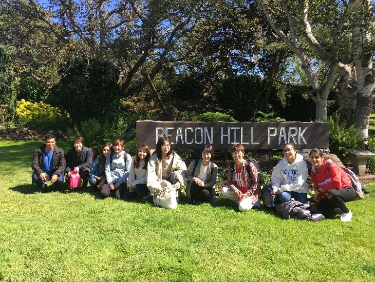 Internationale studenten hangen rond in Beacon Hill Park, Victoria, BC, Canada