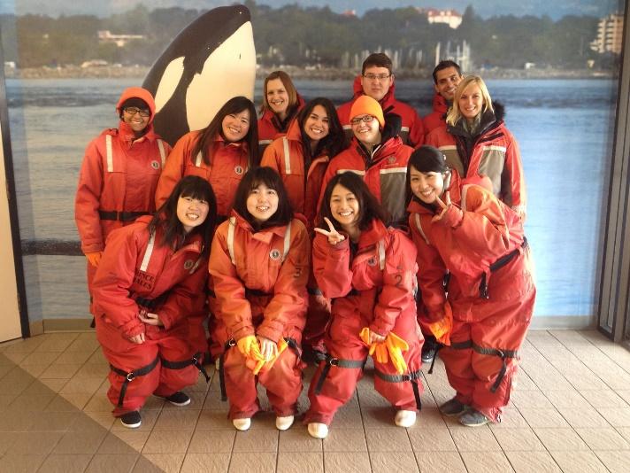 Global Village Victoria-studenten allemaal verkleed om walvissen te spotten